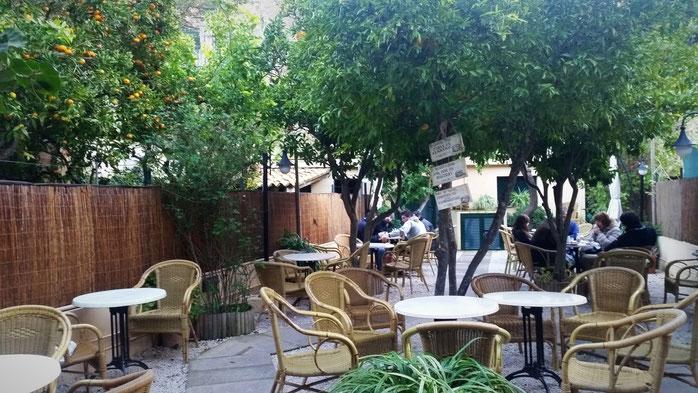ein kleiner Innenhof eines netten Cafés in Valldemossa