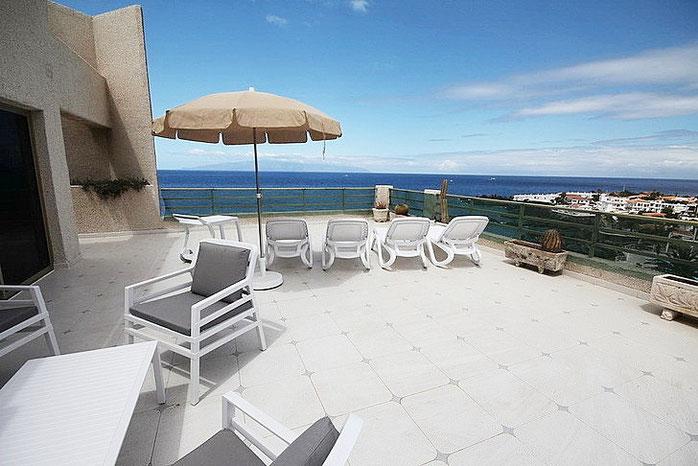 Blick in Richtung Meer von der Terrasse des Penthauses in Puerto de Santiago, welches zum Verkauf steht.