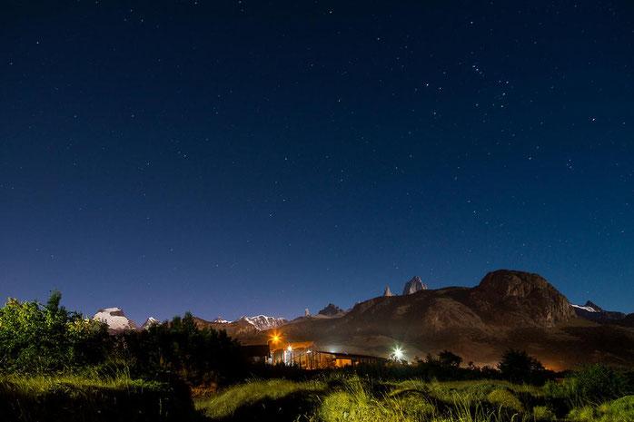 Die Gletscher von Cerro Solo, Cordón Adela, Torre & Fitz leuchten am dunklen Nachthimmel in El Chaltén