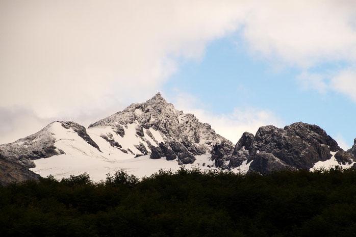 Wenn es nicht durch den Wald geht, sind wir umringt von verschneiten Bergen und Gletschern