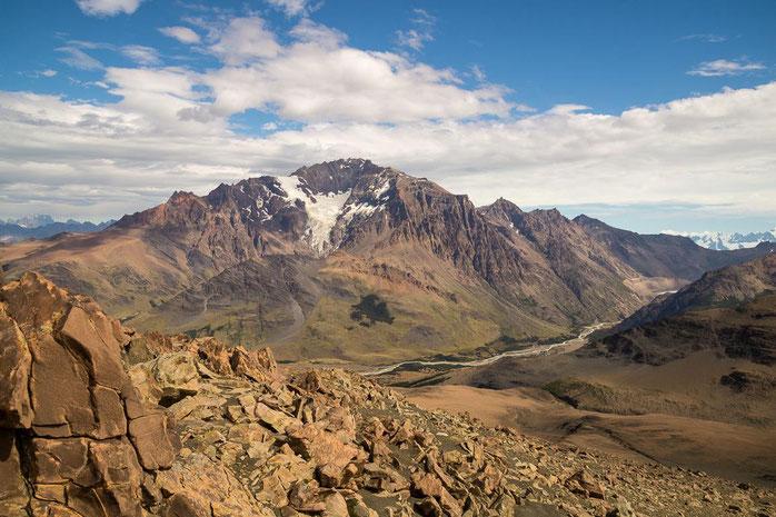 Die 4-tägige Umrundung des Cerro Huemul (Berg in der Bildmitte) erfordert Kondition, Trittsicherheit & Erfahrung in wildem Gelände