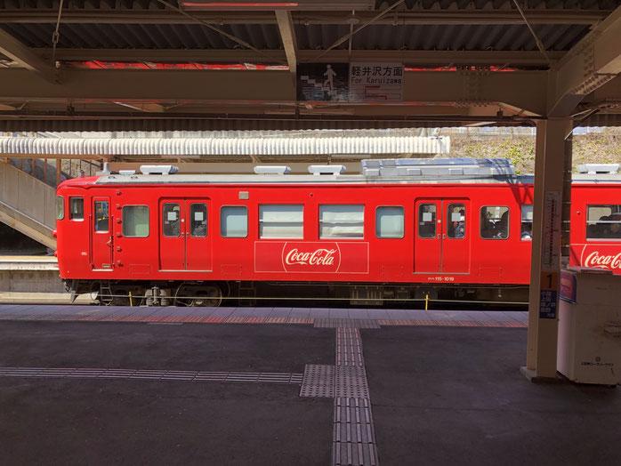 友人を見送った駅で、しなの鉄道のコカコーラ車両。鮮やかな赤で気分があがりました。後で調べたら復刻版だそうで。