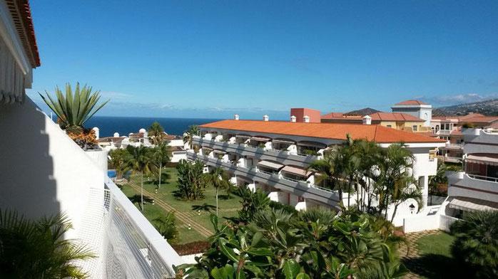 Blick vom Balkon über den Gemeinschaftsgarten bis zum Meer.