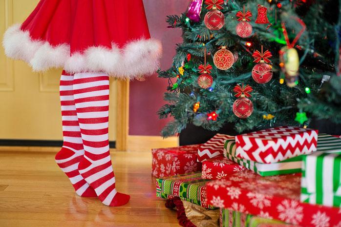 Mädchen vor dem Weihnachtsbaum