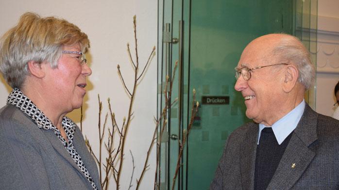 Foto Kanzlerstiftung: Monika Suhle dankte Diakon i.R. Helmut Kulosa für seine Unterstützung