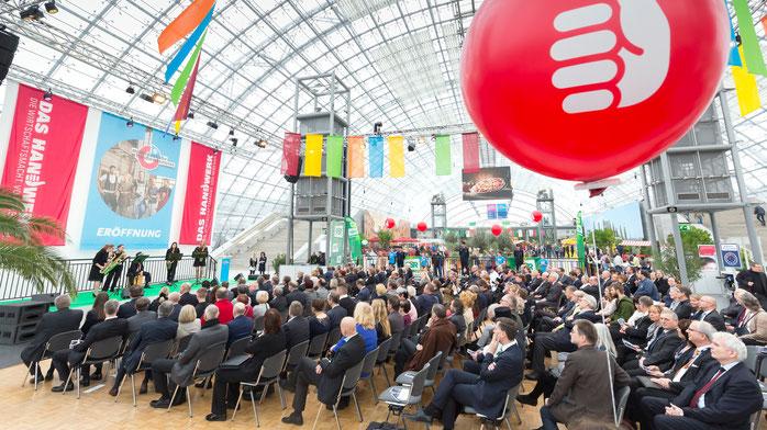 MHM17_TS_0003.jpg Zahlreiche Gäste verfolgen die Eröffnungsveranstaltung der mitteldeutschen handwerksmesse 2017 in der Glashalle Foto: Leipziger Messe / Tom Schulze