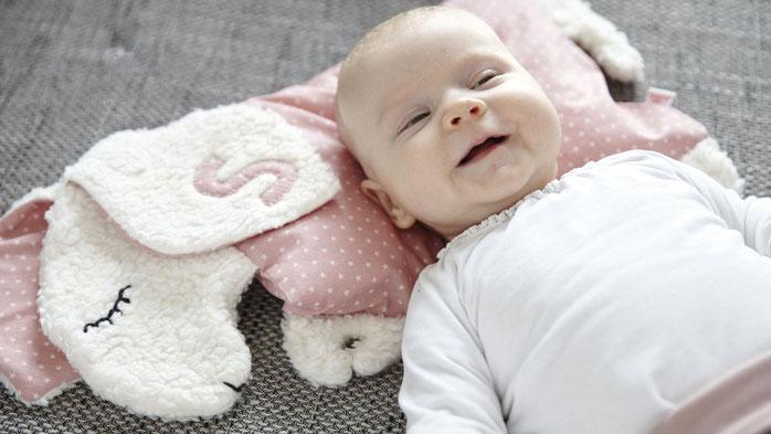 Schlafschaf Kuscheltier und Kissen für Babies und Kinder