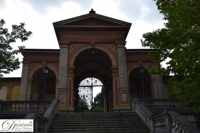 Von kulturhistorischer Bedeutung: Das Hauptportal Salzburger Kommunalfriedhof von 1879.