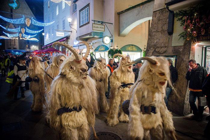 Traditioneller, furchteinflößender Perchtenlauf in der Salzburger Altstadt zur Rauhnacht. Der Winter wird ausgetrieben. Fotoquelle: Tourismus Salzburg