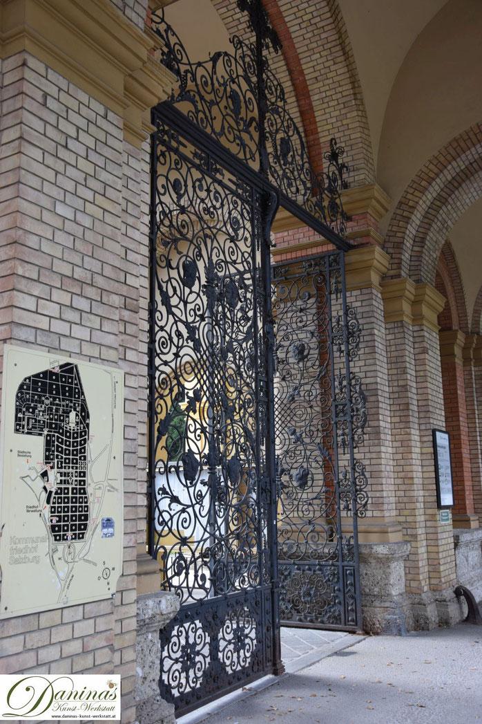 Von kulturhistorischer Bedeutung: Das prächtige Torgitter am Hauptportal des Salzburger Kommunalfriedhofs.