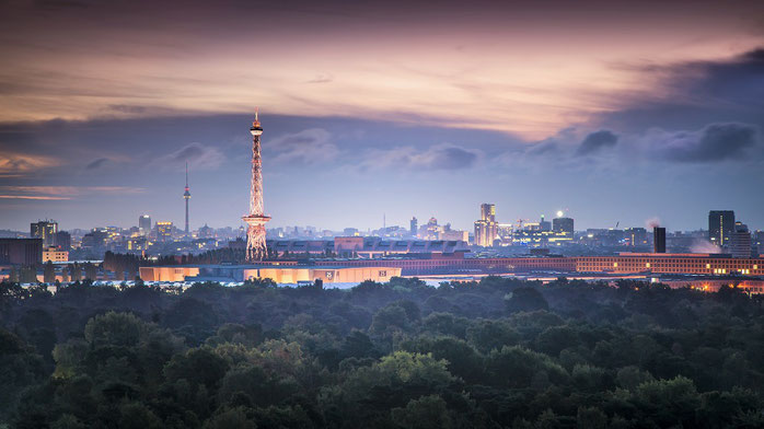 ベルリン郊外の豊かな森から望む現在のベルリン市内の夜景
