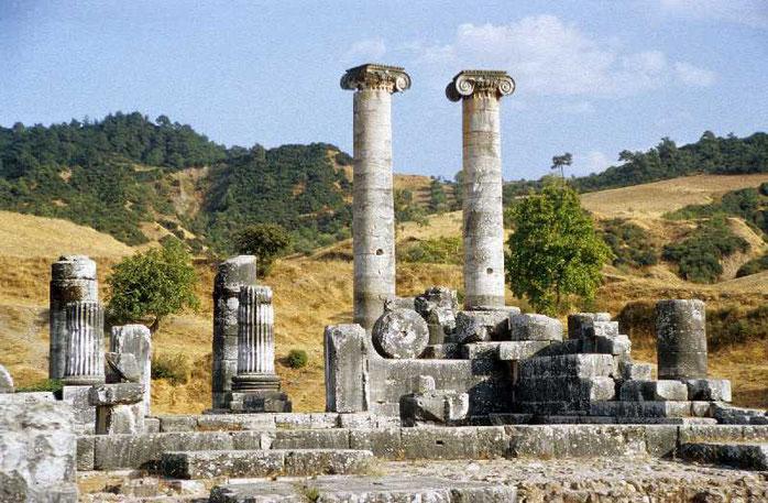 Sardes possédait un très grand temple dédié à Artémis, une synagogue au centre de la ville, les chrétiens de Sardes sont repris par Jésus car ils  sont morts spirituellement.