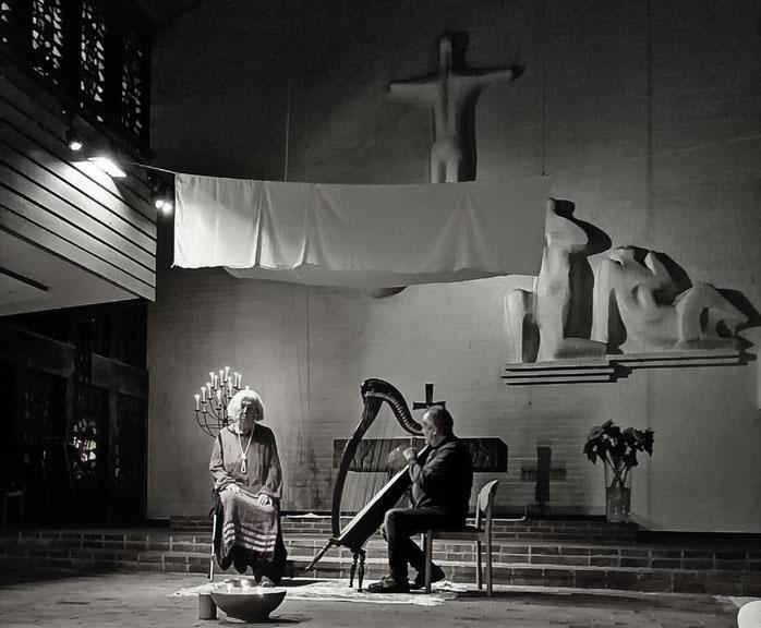Frau  und Mann mit Harfe vor dem Altar in der Jubilatekirche