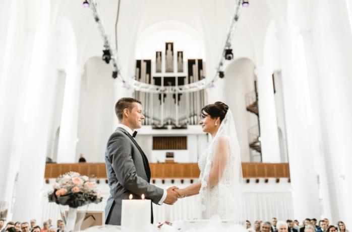 Die kirchliche Hochzeit, findet Tipps für die Hochzeit in der Kirche und Freie Trauung, die Freie Trauung in der Kirche NRW, Niedersachsen, heiraten in der Kirche gefunden auf philosophylove.de Freie Trauredner, Hochzeitsredner mit Herz