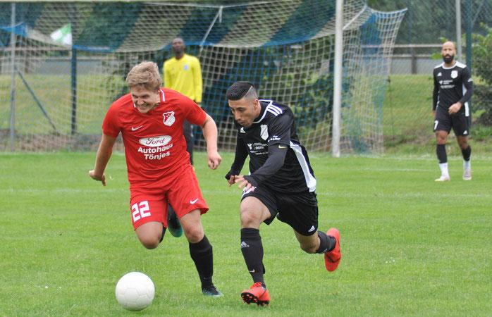 Packendes Duell im Halbfinale: Neuenburg war gegen Borussia (schwarze Trikots; hier: Iman Ghulami) die effizientere Mannschaft.