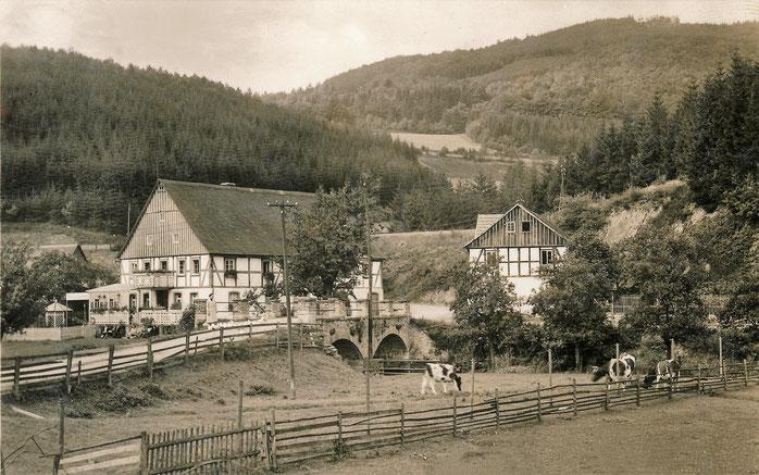 Die 1867 errichtete steinerne Bogenbrücke verband auch bei Hochwasser Ober- und Unterdorf. Sie wurde im zweiten Weltkrieg beschädigt und durch eine neue Brücke ersetzt. Foto um 1930.