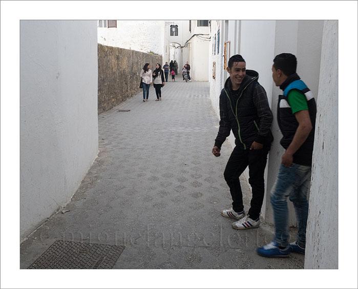 Marruecos, Asilah, ligoteo, chicos, chicas, jóvenes, paseo