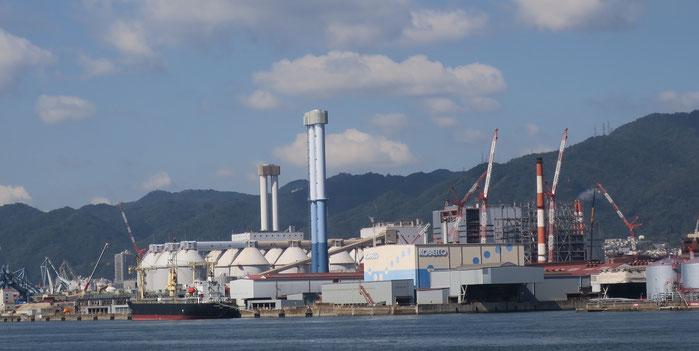 神戸発電所3−4号機(手前の煙突)、神戸発電所1−2号機(奥の煙突)