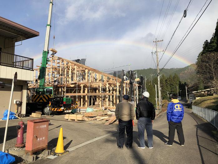 建て方の様子 建て方中に虹がかかりました デカ木 大勝建設