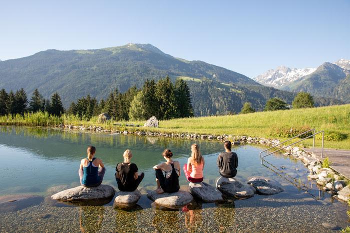 Yogaübung am See