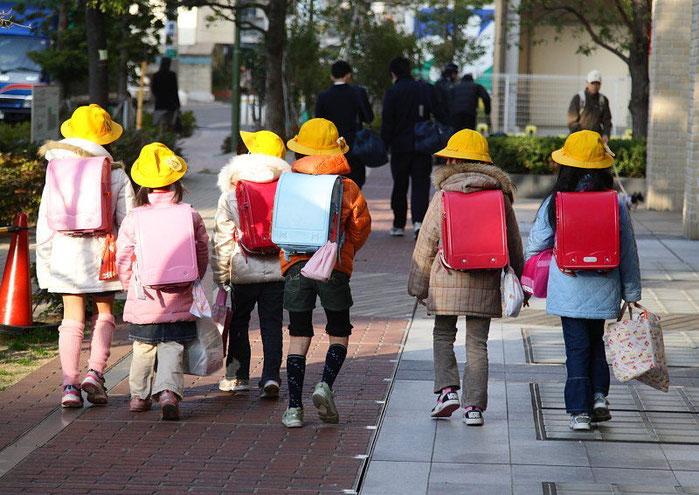 日本の子供はなぜ黄色い帽子?目立たせるためではありません 視認性