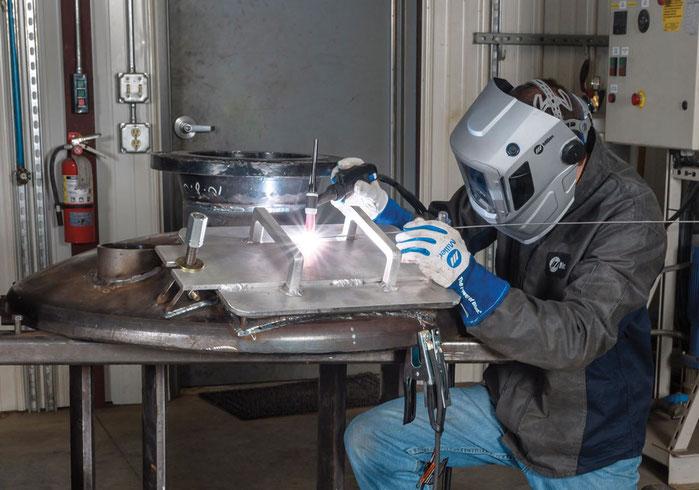 Soldador en plena acción soldando aluminio con proceso TIG Miller