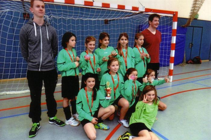 Die Breckenheimer Mädchenfußballmannschaft mit ihren Betreuern Torben Müller und Felix Krebs