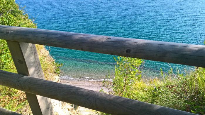 """Spiaggia """"Pietre Bianche"""", vista dal sentiero che porta al mare"""
