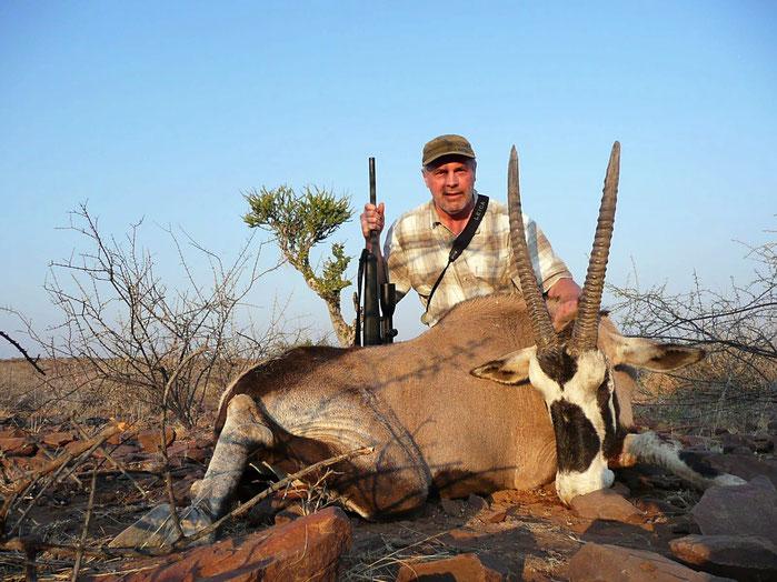 Oryxjagd in Namibia mit Falkenhorst Hunting Safaris. Jagen Sie mit uns in den endlosen Weiten auf die begehrte Oryxantilope und erfüllen sich einen langersehnten Traum.