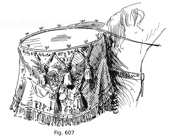 Fig. 607. Bedeckte Pauke eines österreichischen Kürassier-Regiments. Die Paukendecke von grünem Damast mit schwerer Randverzierung in Goldstickerei. In der Mitte der kaiserliche Adler mit den Wappen von Habsburg-Lothringen im Herzschild. Um 1750. K. u. k.