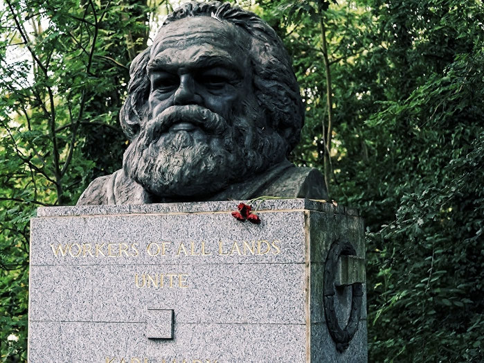 La tomba di Marx al cimitero di Highgate a Londra