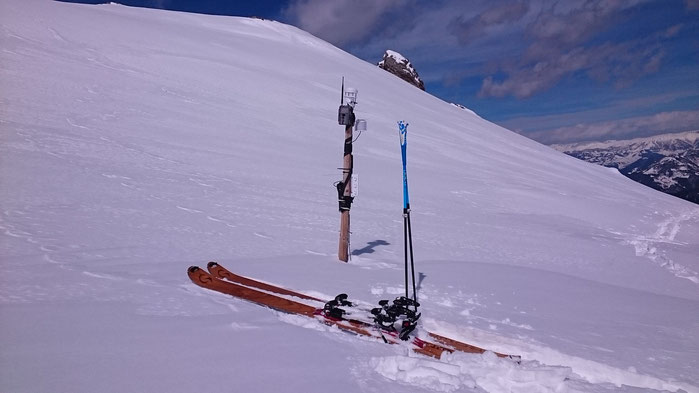 The weather station at 2'206m. The pole is actually 3 meters long - 2 meters are covered by packed snow (my ski poles are 1,25m). Sanalia Bowl, 19/03/2016.