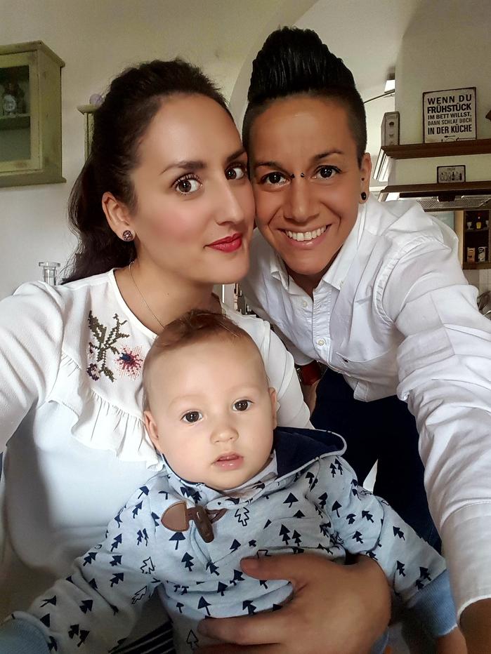Gleichgeschlechtliches Paar mit Kind
