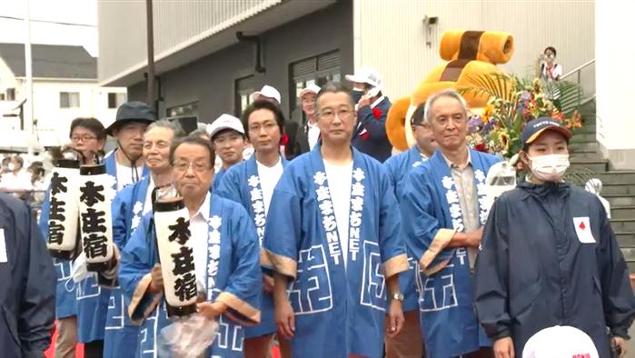 「本庄まちNET」の皆さん。第一走者 岩田朋之さんのサポートランナーを務められました。※はっぴを着ている方で前列の向かって一番右の方が代表の戸谷正夫氏です。
