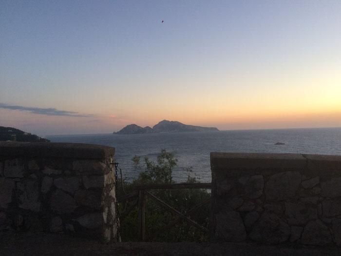 Vista su Capri al tramonto dall'hotel Villa Angelina