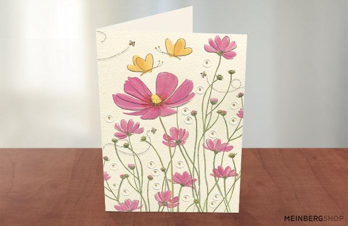 Gelbe Schmetterlinge und rosa Blumen