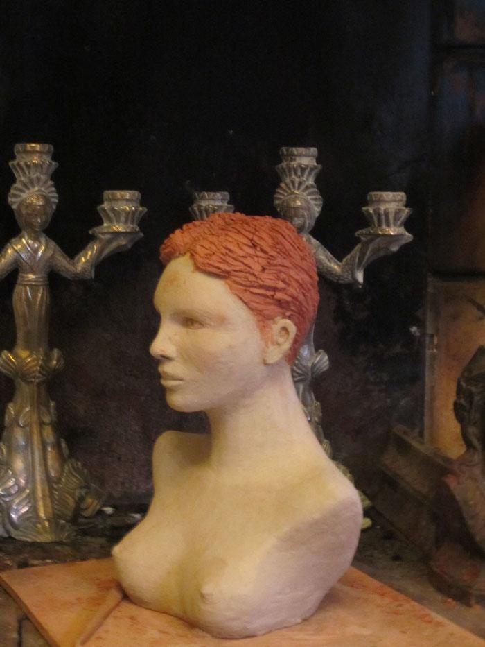 buste en argile d'une jeune femme nue.nouveauscupteur.org
