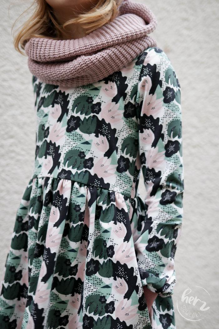 Beanie & Loop aus Big Knit von Stoff & so, Kleid himmlische Amelie von Himmelblau