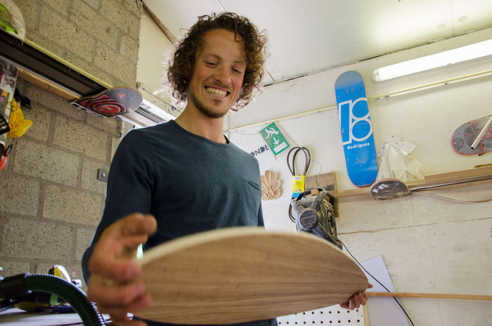 Sam maakt een longboard