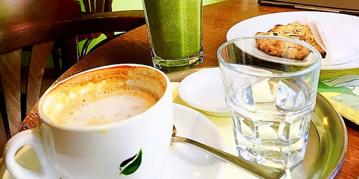 green smoothie and soy latte at park lane cafe