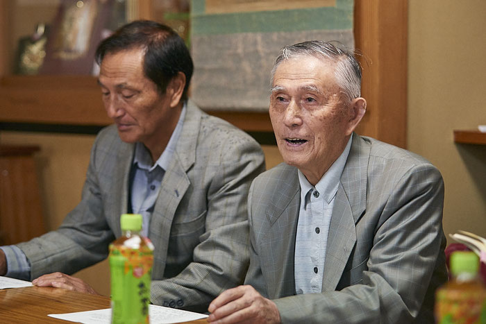 写真右から、畠山鶴松の次男・畠山耕之助さん、孫の安博さん。