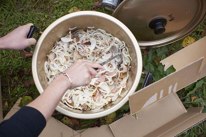 生肉も生たまねぎも生きのこも全部一緒くたに鍋に投入!