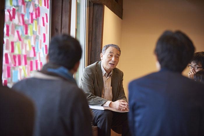 「屋号です」と静かに断言した、秋田大学名誉教授の佐藤稔先生。皆の目が一斉に吸い寄せられる。