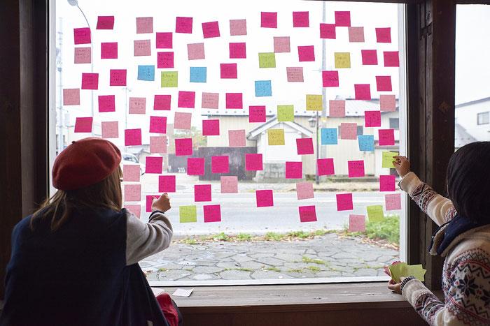 書き出した「小さな問題」を窓にペタペタ。