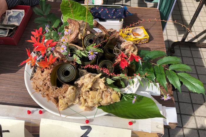 五城目きのこ祭りでは、毎年だまこ鍋の出し殻を生花のように仕立てて展示する。これも「食べ残し」から生まれた芸術か? ©️三谷 葵