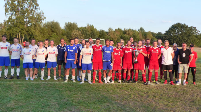 TSG Holzhausen-Sylbach und TuS Bexterhagen (rechts in rot) nach dem Finale um den Fellensiek-Gedächtnis-Pokal.
