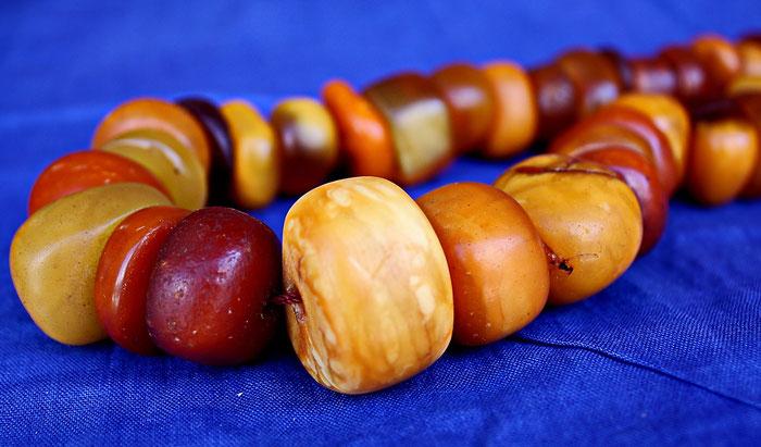 Eine Halskette aus großen gelben und braunen Bernstein-Perlen