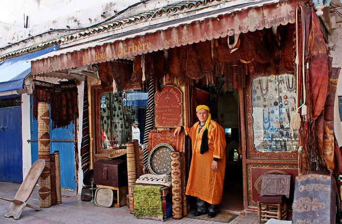 """Adnani  Abdenbi, surnom  """"Zaroil"""" - """"celui aux yeux bleus"""" - est le propriétaire de la boutique """"Fibule Berbère""""  dans la médina d'Essaouira."""