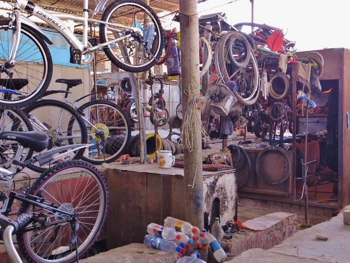 Fahrradhändler und Werkstatt im Basar in Osh. Hier findet man (fast) alles.