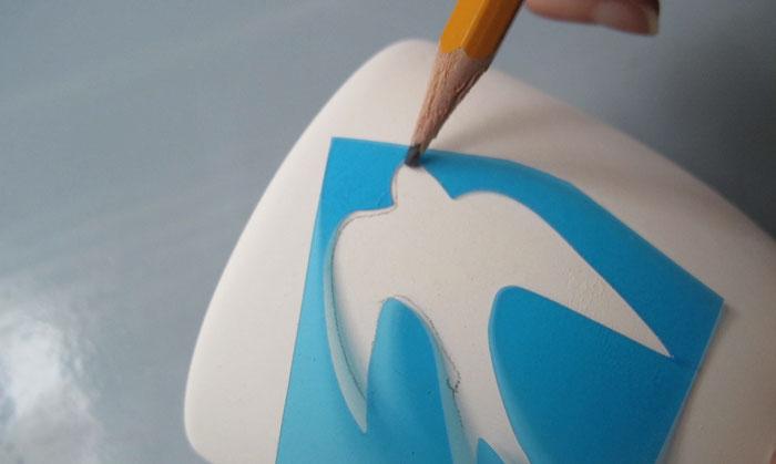 Vogelschablone auf Keramiktasse